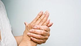 Tê buốt 2 bàn tay, 2 bàn chân và trong ống chân