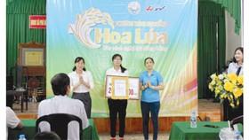 Đại diện Công ty TNHH MTV XSKT Hậu Giang trao học bổng đến em Huỳnh Thị Châu Đoan
