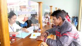 Người dân đến bộ phận một cửa xã Đắk Tờ Re, huyện Kon Rẫy làm thủ tục hành chính