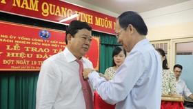 Trao Huy hiệu 30 năm tuổi Đảng cho đồng chí Nguyễn Thành Phúc