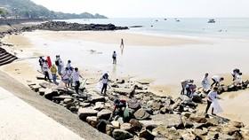 Các tình nguyện viên thực hiện thu gom rác thải nhựa trên bãi biển