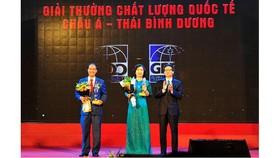 Phó Thủ tướng Vũ Đức Đam trao Giải thưởng Chất lượng Quốc tế Châu Á - Thái Bình Dương cho đại diện VietinBank