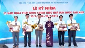 Phó Bí thư Thành ủy TPHCM Võ Thị Dung trao Bằng khen của Chủ tịch UBND TPHCM cho các cá nhân xuất sắc