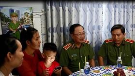Thượng tướng Nguyễn Văn Thành (thứ hai từ phải sang) ân cần thăm hỏi, động viên vợ và các con  của liệt sĩ Phạm Phi Long