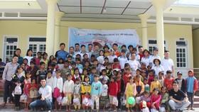 CLB Chung sức trẻ tặng quà và chụp hình lưu niệm cùng học sinh xã Phước Lộc, huyện miền núi Phước Sơn, Quảng Nam. Ảnh: V.M