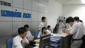 Investors at ACB Securities Company in Hanoi (Source: VNA)