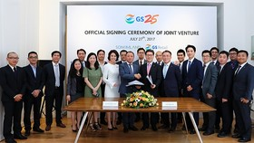 Son Kim Group Chairman Nguyen Hoang Tuan (center left) and GS25 CEO Cho Yoon-sung (center right) shake hands after the two companies signed a contract to jointly operate the convenience store chain in Ho Chi Minh City, Vietnam. (Source: GS RETAIL)