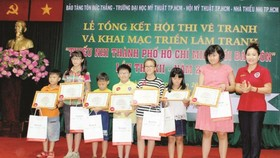 "The award ceremony of the 12th annual painting contest entitled ""Children and President Ton Duc Thang"" was held at the Ton Duc Thang Museum"