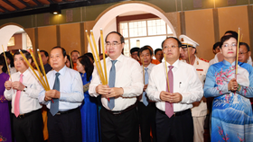 Leaders offered incense and flowers at Ton Duc Thang Museum . (Photo: Sggp)