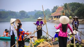 """A highlight of the """"Great National Unity – Vietnam's Cultural Heritage"""" Week is the re-enactment of the culture of Cai Rang floating market (Photo: VNA)"""