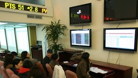 Investors at Saigon Securities Inc in Hanoi (Photo VNA)