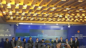 Minister of Finance Dinh Tien Dung beats the ceremonial gong to open the first trading session of Vietnam's stock market in 2018 on January 2 (Photo: VNA)