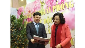 Permanent Deputy Secretary of the Hanoi municipal Party Committee, Ngo Thi Thanh Hang (R ) and Vice Chairman of the Vietnam Journalists' Association Ho Quang Loi visited the Sai Gon Giai Phong Newspaper's booth. (Photo: Sggp)