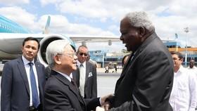 Esteban Lazo Hernandez (R), Politburo member and President of Cuba's National Assembly, welcomes CPV General Secretary Nguyen Phu Trong at Jose Marti International Airport (Photo: VNA)