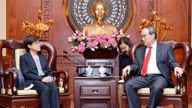 Secretary of HCMC Party Committee Nguyen Thien Nhan (R) receives Singaporean Ambassador to Vietnam Catherine Wong.  (Photo: Sggp)