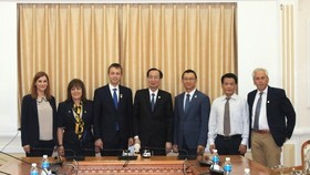Le Thanh Liem, Vice Chairman of the HCM City People's Committee (middle), and the Greek guests. (Source: VNA)