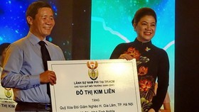 South Africa's Honorary Consul in HCM City Do Thi Kim Lien (R) presents aid worth 1 billion VND to a poverty reduction fund in Hanoi's Gia Lam district (Source: VNA)