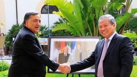 Vietnamese Ambassador to Italy Cao Chinh Thien (R) and Mayor of Palermo Leoluca Orlando (Source:VNA)