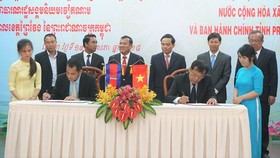 At the signing ceremony of cooperation agreement between Vietnam's Tay Ninh province and Prey Veng province of Cambodia  (Photo: Sggp)