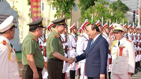 PM Nguyen Xuan Phuc congratulates staff members and teachers of the People's Police Academy. (Photo: VGP)