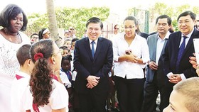 Chairman of the People's Committee of HCMC Nguyen Thanh Phong and the delegation of  Ho Chi Minh City high ranking officials visit Uncle Ho primary school in Havana. (Photo: Sggp)