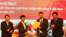 The provincial Department of Agriculture and Rural Development and Rijk Zwaan Viet Nam Limited Liability Company sign a memorandum of understanding (MoU) on agriculture cooperation. (Photo: Sggp)