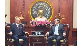Secretary of Ho Chi Minh City's Party Committee Nguyen Thien Nhan (R) and Special Advisor of the Japan-Vietnam Parliamentary Friendship Alliance, Tsutomu Takebe (Photo: Sggp