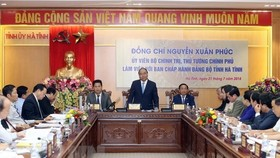 Prime Minister Nguyen Xuan Phuc (standing) speaks at the working session with Ha Tinh provincial Party Committee (Photo: VNA)