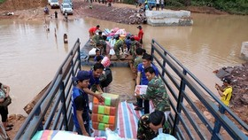 Many Vietnamese agencies and companies have sent in their donations to help the victims in the dam collapse in Laos. (Source: VNA)