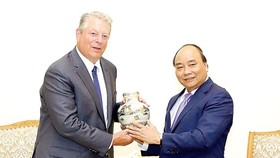 Prime Minister Nguyen Xuan Phuc (R) and former US Vice President Al Gore