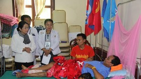 A delegation of Ho Chi Minh City officials visits victims of Lao dam collapse. (Photo: Sggp)