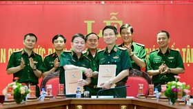 Former general director of Viettel, Major General Nguyen Manh Hung (R ) and his predecessor,  Major General Le Dang Dung (L) in the appointment ceremony on August 3