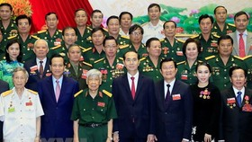 President Tran Dai Quang (first line, middle), former Party General Secretary Le Kha Phieu (first line, third, left), former President Truong Tan Sang (first line, third, right) and delegates to the congress pose for a group photo. (Source: VNA)