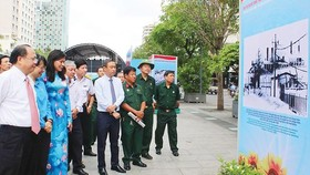 Deputy Secretary of the Party Committee of Ho Chi Minh City Tat Thanh Cang (L) attends the exhibition in Nguyen Hue walking street. (Photo: Sggp)
