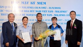 President of HCMC Union of Friendship Organization (HUFO), Huynh Minh Thien and Chairman of the Vietnam-Malaysia Friendship Association (VMFA) of HCMC Tran Ngoc Son congratulate the Vietnam-Malaysia Friendship Association of Phu Nhuan district
