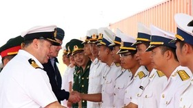 British Royal Navy Captain of HMS Albion Tim Nield (lL ) meets representatives of the Vietnam People's Navy. (Photo: TTXVN)