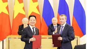Party General Secretary Nguyen Phu Trong and Russian President Vladimir Putin witness the signing of a credit framework contract between Saigon Hanoi Commercial Joint Stock Bank  (SHB)  and International Bank for Economic Co-Operation (IBEC). (Photo: Sggp