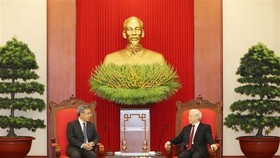 General Secretary of the Communist Party of Vietnam Central Committee Nguyen Phu Trong (R) receives Hu Chunhua, member of the Politburo of the Communist Party of China (CPC) and Chinese Vice Premier in Hanoi on September 12 (Photo: VNA)