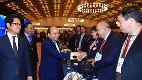 Prime Minister Nguyen Xuan Phuc (third, left) greets participants at the Vietnam Business Summit in Hanoi on September 13 (Photo: VNA)