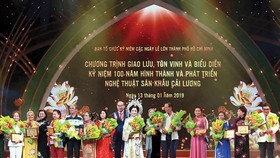 HCMC party secretary Nguyen Thien Nhan present certificates of merit to artists.