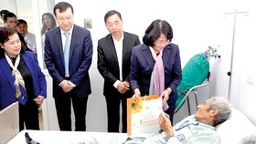 Vice President Dang Thi Ngoc Thinh presents Tet gifts to a cancer patient.