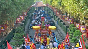 The ceremony offering Banh Tet (cylindrical glutinous rice cake) to Hung Kings and Marquess Le Thanh Nguyen Huu Canh, founder of Saigon-HCMC, marking the Tet holiday is organized at the Ethnic Culture Historical Park in District 9.