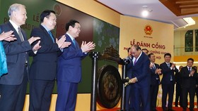 Prime Minister Nguyen Xuan Phuc beats the gong to open the New Year's trading session in Hanoi on February 12 (Photo: VNA)