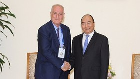 Prime Minister Nguyen Xuan Phuc (R ) and OANA President Aslan Aslanov, who is also Chairman of the Board of the Azerbaijan State News Agency (AZERTAC)