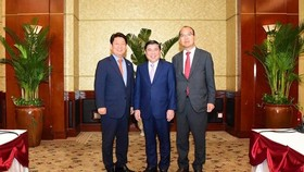 Chairman of the People's Committee of Ho Chi Minh City Nguyen Thanh Phong (C), Mayor of Daegu Kwon Young-jin (L ) and Gyeongsangbuk province's Deputy Governor Yoon Yong-jin. (Photo: hcmcpv)
