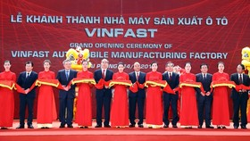 Prime Minister Nguyen Xuan Phuc (centre) and other officials cut the ribbon to inaugurate the VinFast automobile manufacturing factory on June 14 (Photo: VNA)
