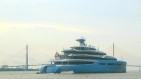 The British billionaire owner of English Premier League team Tottenham Hotspur, Joe Lewis docked his US$150-million superyacht Aviva on the Hau River and visited the Mekong Delta city of Can Tho in May.