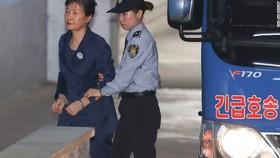 Cựu Tổng thống Hàn Quốc Park Geun-hye bị dẫn ra phiên tòa đầu tiên vào tháng 8. Ảnh: CNN