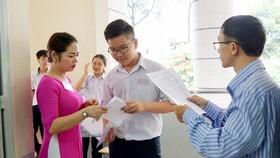 Thí sinh làm thủ tục vào phòng thi tại hội đồng thi Trường Bùi Thị Xuân - quận 1. Ảnh: HOÀNG HÙNG
