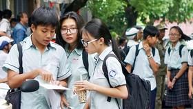 Thí sinh bàn luận sau khi kết thúc môn thi tiếng Anh tại hội đồng thi Nguyễn Thị Thập, quận 7 trong kỳ thi tuyển sinh lớp 10 năm học 2018-2019
